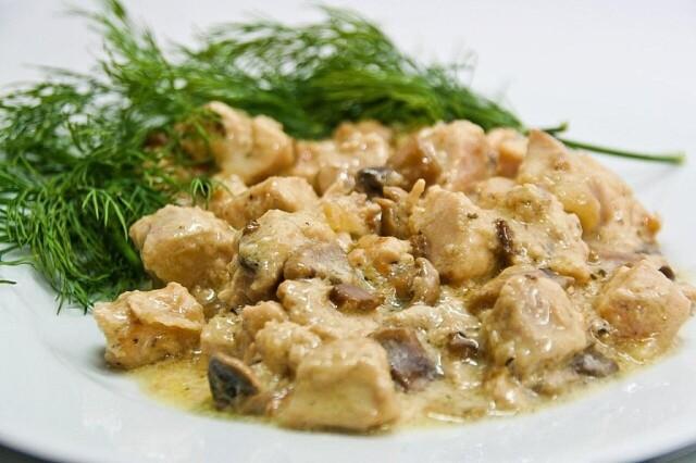 1-25 Куриное филе с грибами в сметанном соусе