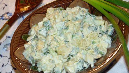 Салат » Домашний» с картофелем и зелёным луком.