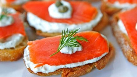 Закуска из копченого лосося со сливочным сыром