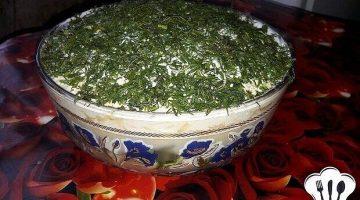 Слоеный салат с копченой курицей и свежими огурцами